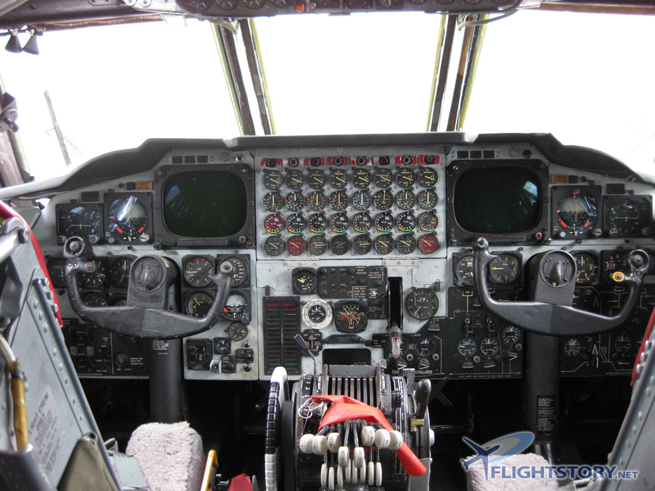 4_boeing-b-52-stratofortress_cockpit_overview.jpg
