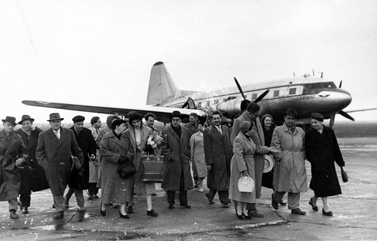 1280px-Airplane,_Ilyushin-brand,_Soviet_