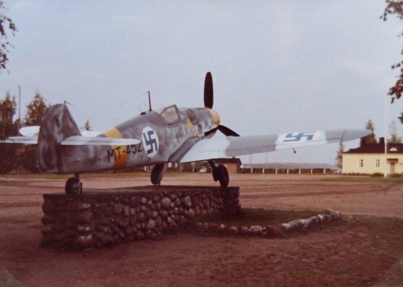 Bf 109 G-6, MT-452, Utissa 16.9.1970 eli samana päivänä jolloin MT tuotiin ja nostettiin kunniajalustalle