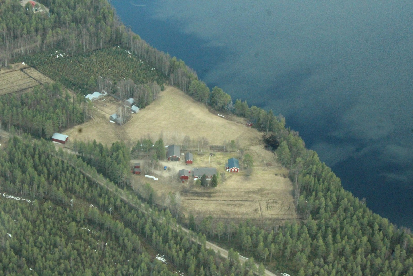 Aittojärvi ja mökkejä