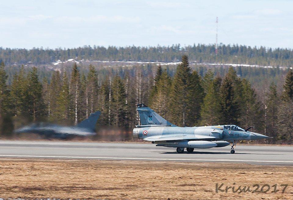 Mirage 2000 lähtee. Rafale kyttää taustalla.