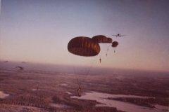 Jo käytöstä poistunut amerikkalainen joukkojenpudotusvarjo PT-10; 87 m2 ristiinkudottua nailonia, ei ohjausaukkoja.