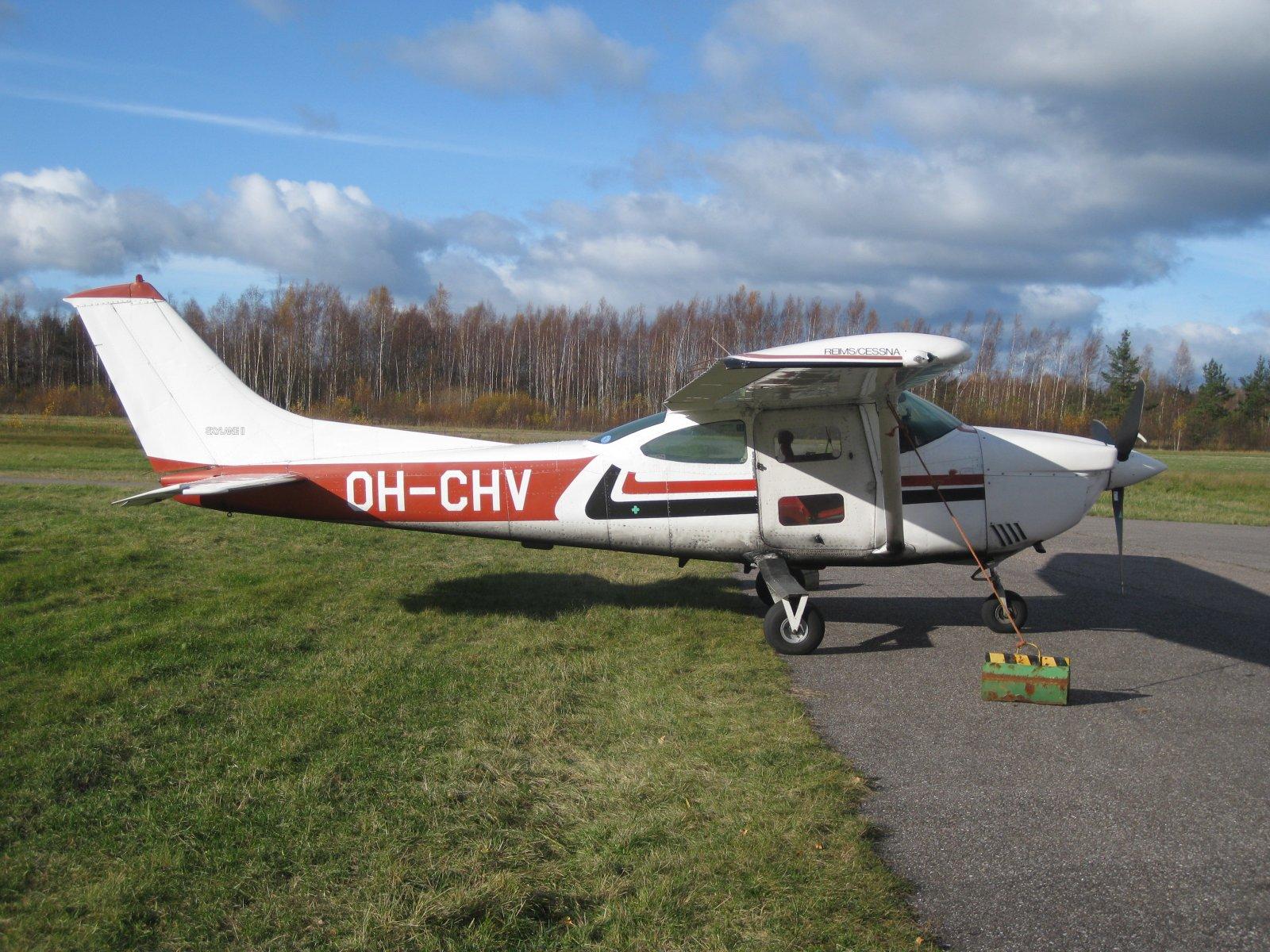 Reims-Cessna F182Q Skylane II OH-CHV EFHN 2008-10-18