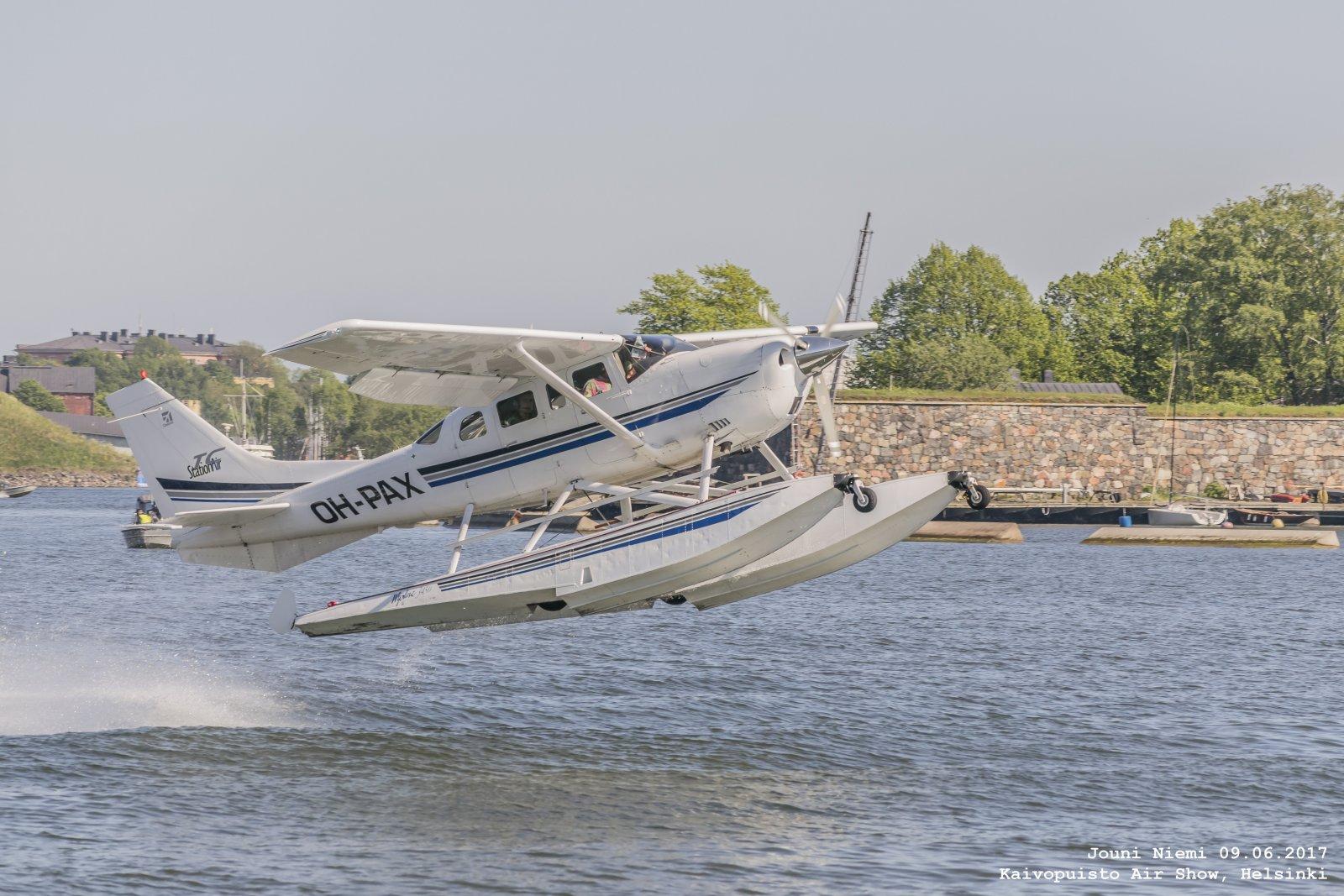 Cessna T206H OH-PAX Loikkaa aallosta Kaivopuiston Lentonäytöksessä