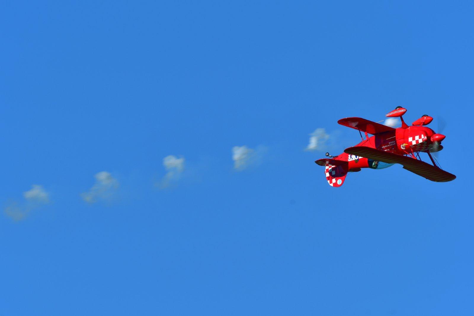 Christen Eagle puhalteli pilviä