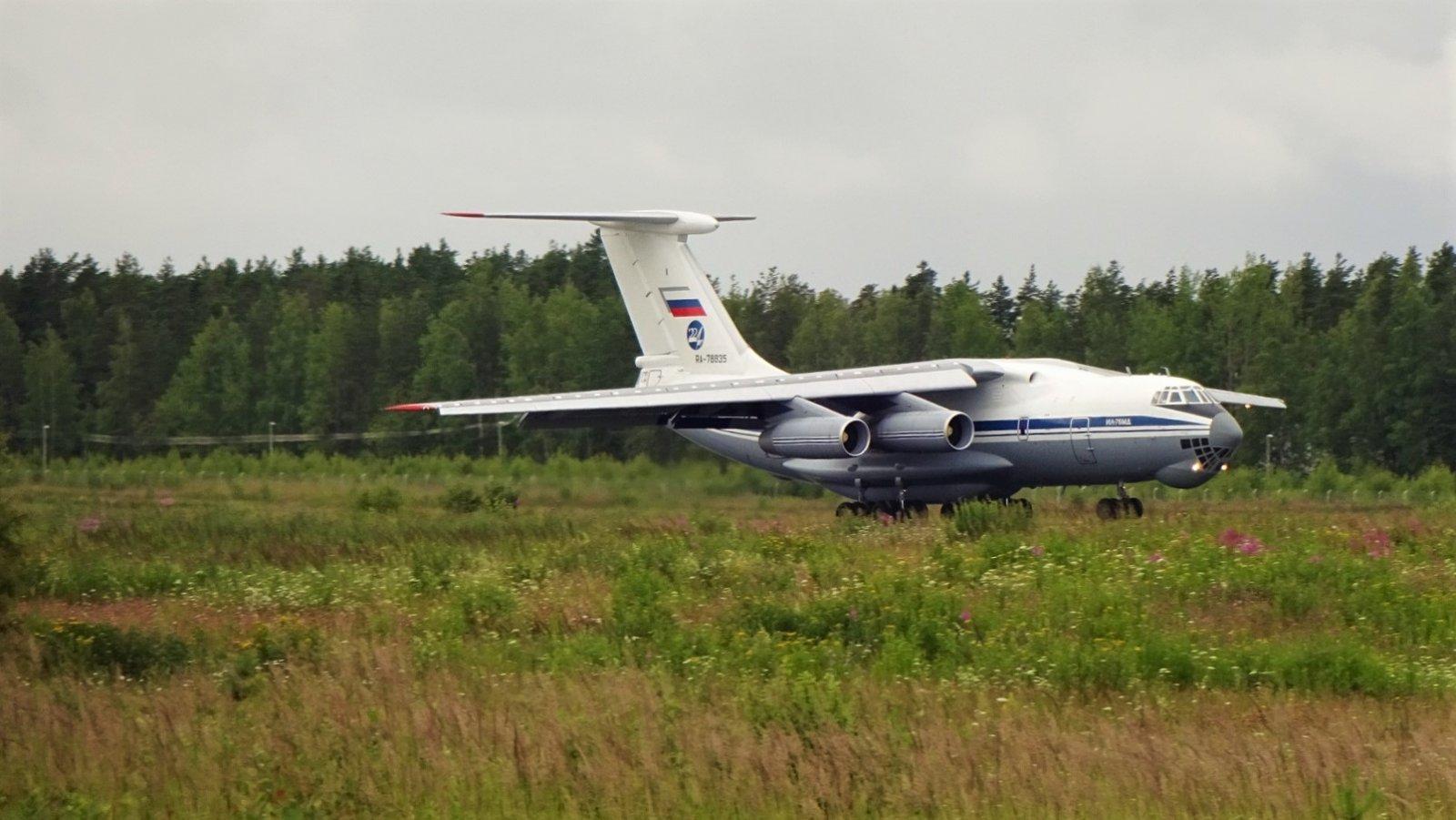 Iljushin IL-76 RA-78835 laskussa