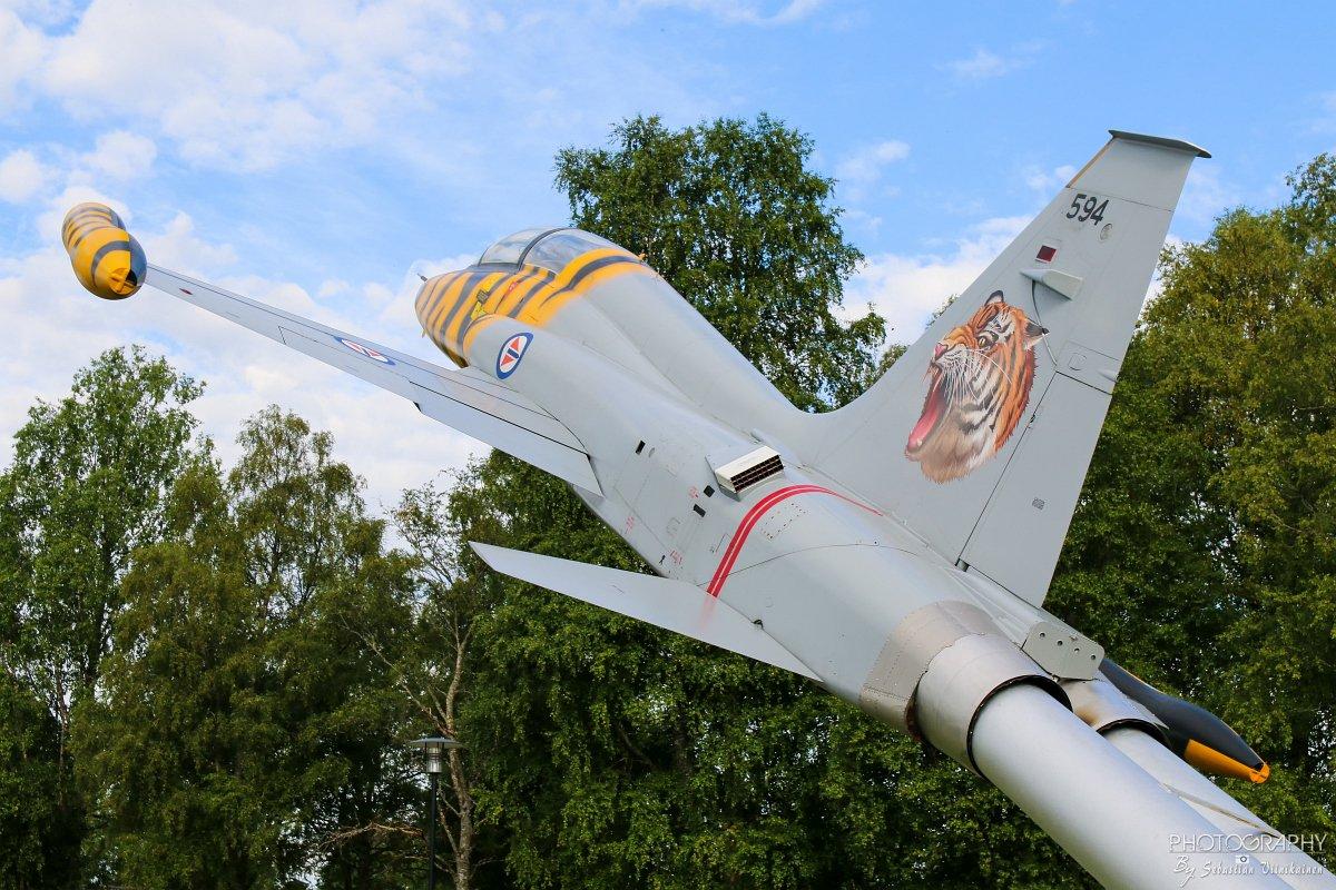 594 Norwegian Air Force Northrop F-5B Freedom Fighter on laitettu tolppaan ihan kentän laidalla ilmailumuseon vieressä.