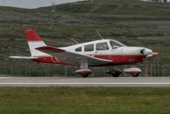 LN-NPQ 7.8 Vesisaaren lentokentällä tekemässä laskuharjoituksia.