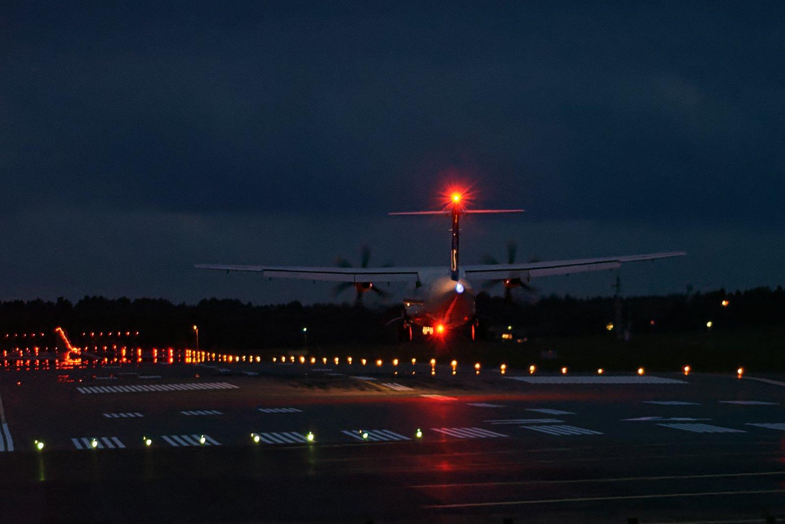 G-FBXC Tukholmasta väläytteli ja heijasteli sunnuntai-illan pimettyä