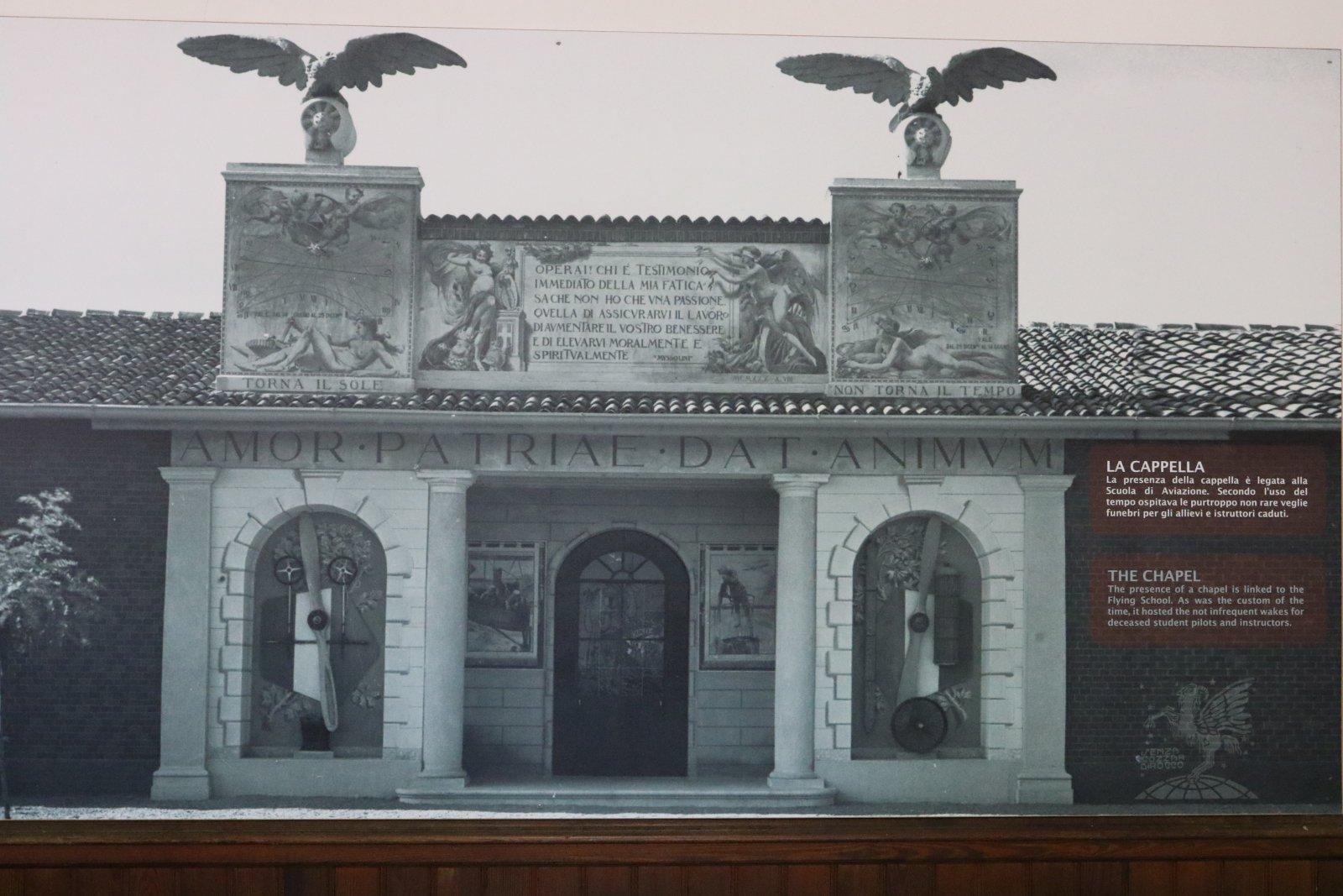 Tehtaalla oli myös kappeli, kun kadetteja ja lennonopettajia jouduttiin hautaamaan aika tiheään