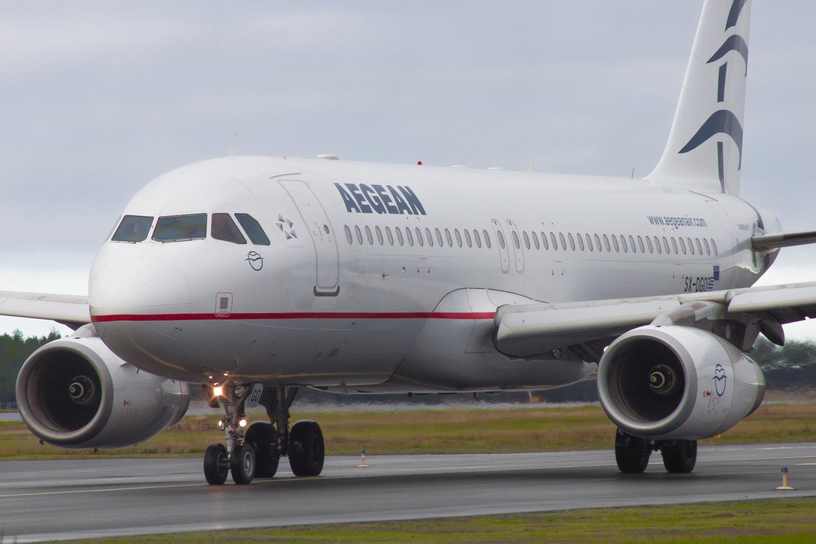Aegean Air A320-232 SX-DGO rullaa kiitotielle 30