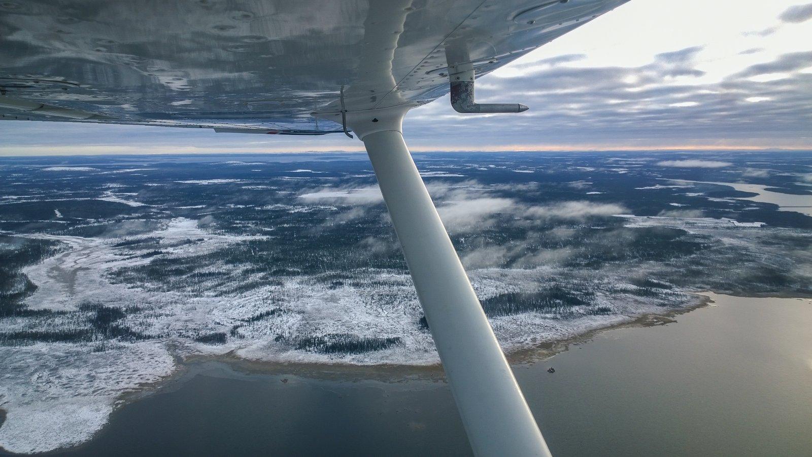 OH-CAK. Cessna 172N Skyhawk, siirtolennolla Ivalosta Rovaniemelle. Porttipahtaa ylittämässä.