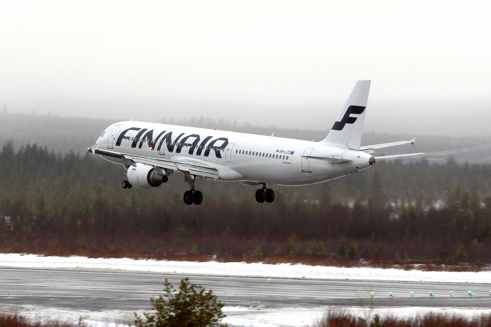 OH-LZC Airbus A321-211 laskussa kiitotielle 16