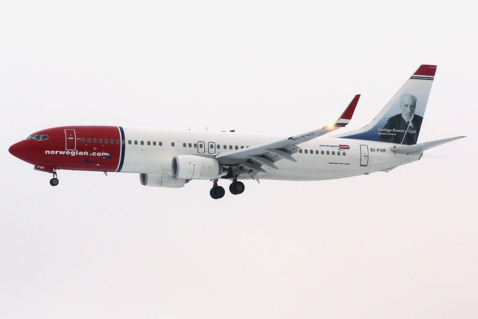 EI-FVP Boeing 737-8JP laskussa kiitotielle 16