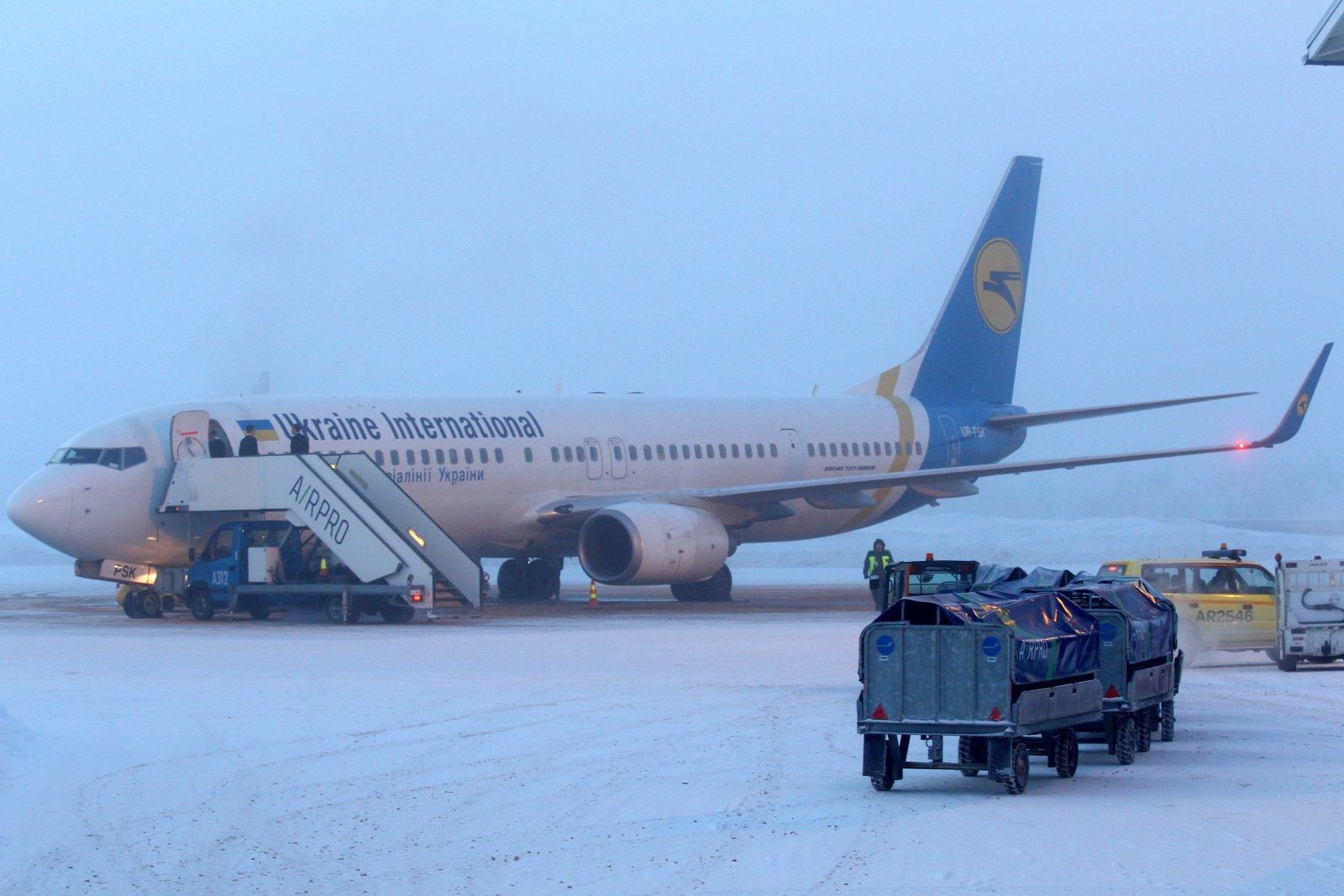 UR-PSK Boeing 737-94X(ER) Kiovasta saapuneena