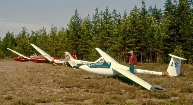 "Eiriavion PIK-20 B OH-477 ""AS"", SZD-36A Cobra-15 OH-418 ""89"", SchleicherKa-2b Rhönschwalbe OH-171 & Schleicher Ka-6CR Rhönsegler OH-301 EFIK 1977(?)"