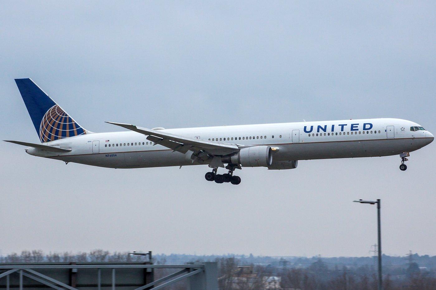 United Airlines Boeing 767-424(ER) N76054