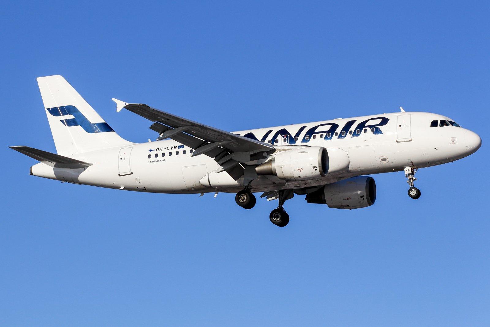9.5 OH-LVB Airbus A319-112 Laskussa kiitotielle 16