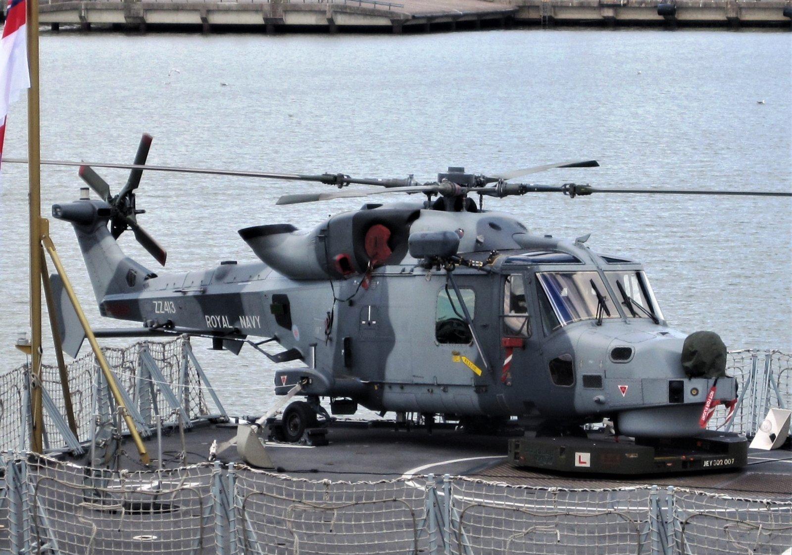 westland lynx Turun satamassa olevan HMS Montrosen kannella.