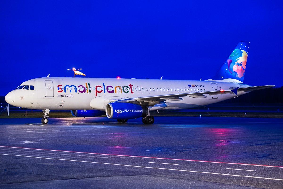 LLC35Q aamuhämärissä siirtona kohti Malagaa, A320 LY-SPJ