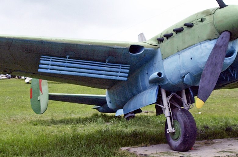 PE-2 syöksyjarru.jpg