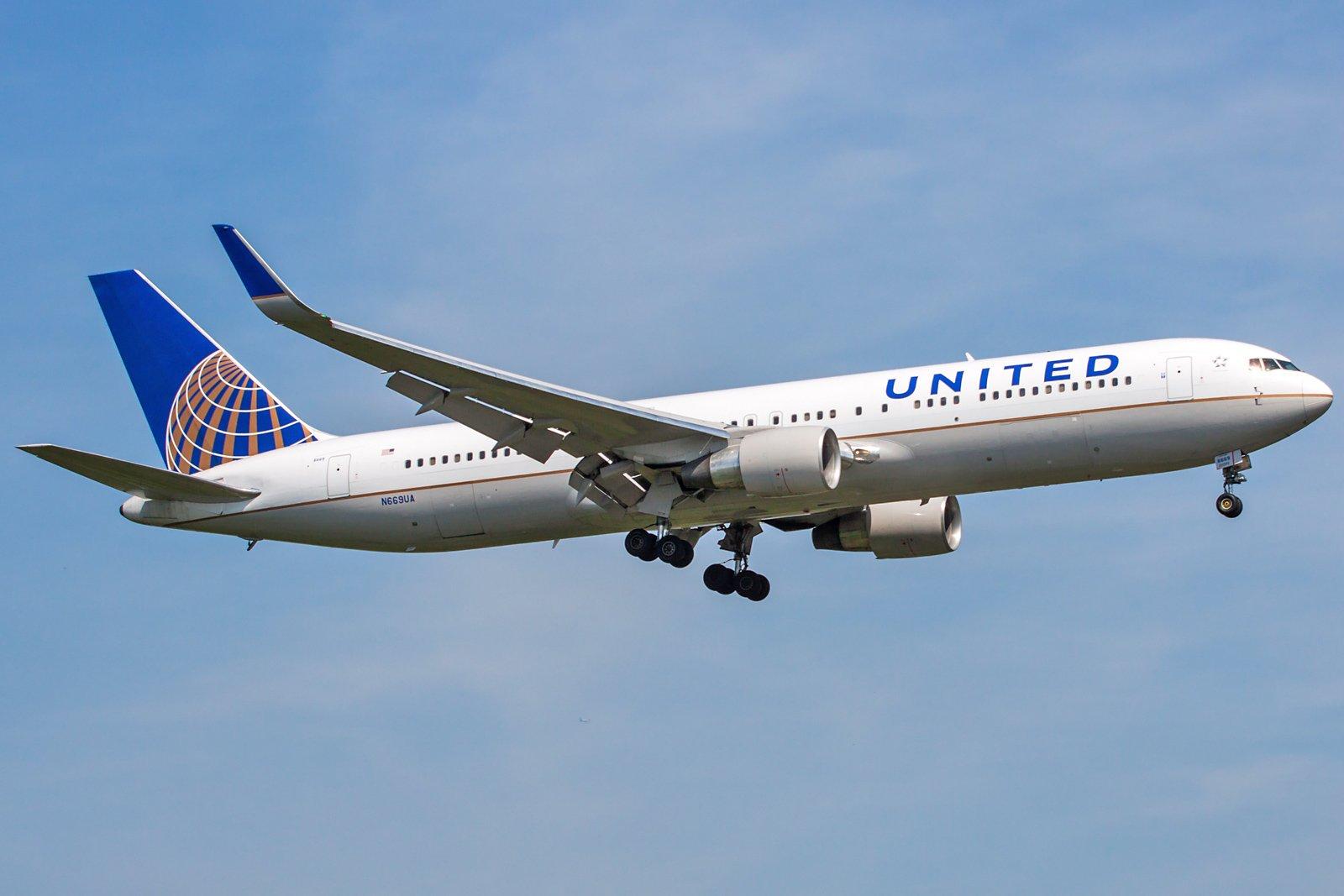 United Airlines Boeing 767-322(ER)(WL) N669UA