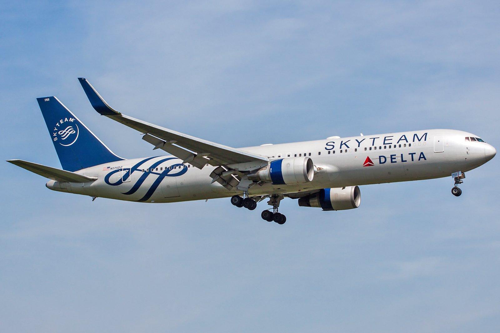 Delta Air Lines Boeing 767-332(ER)(WL) N175DZ