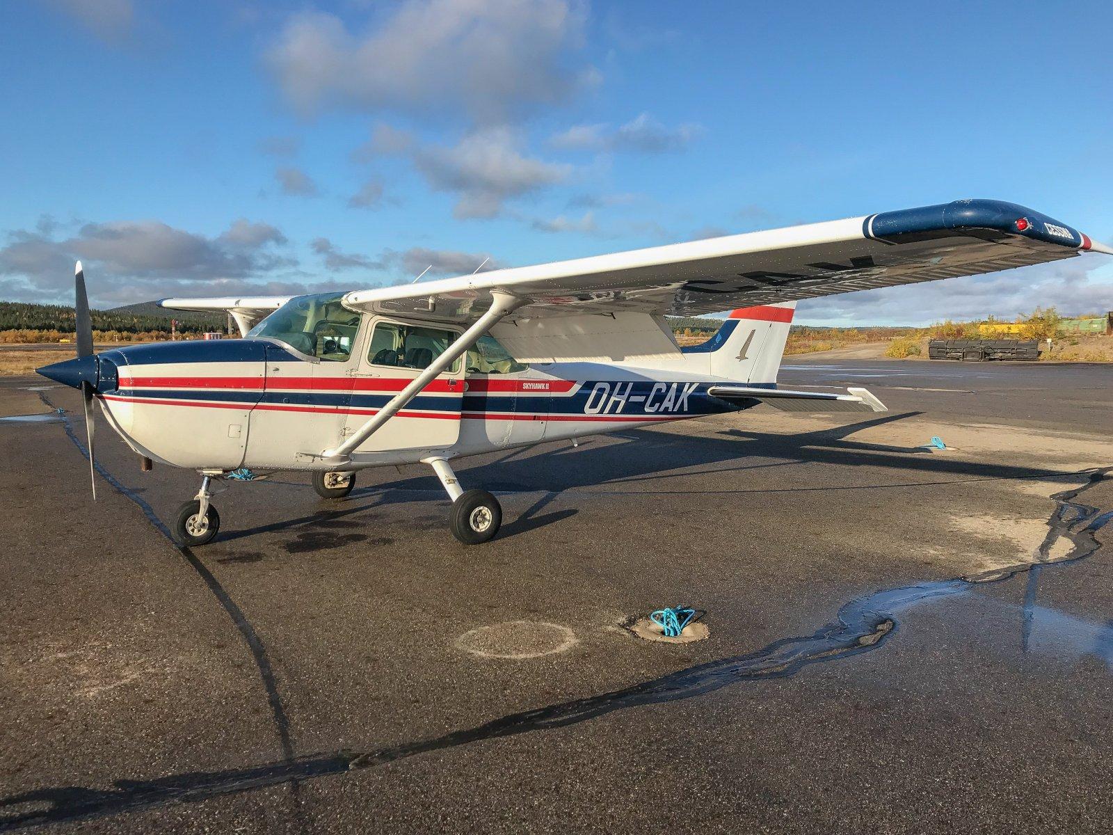 OH-CAK. Tunturi-ilmailijoiden koneet lennettiin 27.9 talveksi Rovaniemelle halliin.