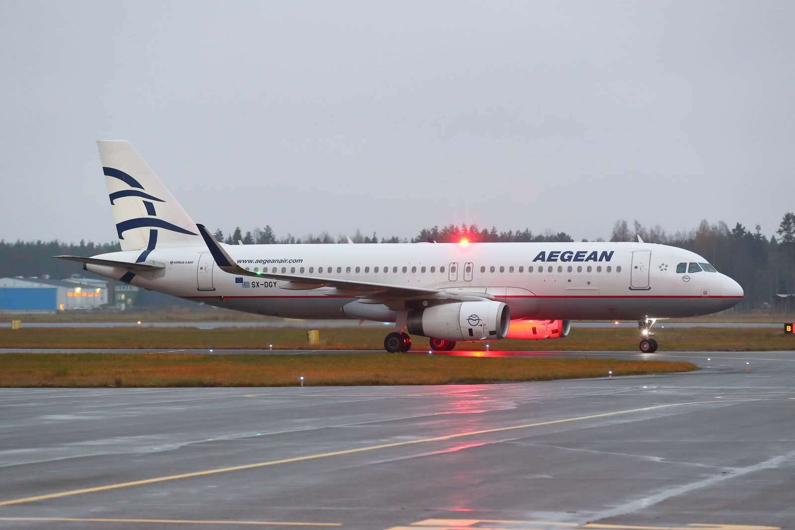 SX-DGY Aegean Airlines Airbus A320-232 saapuu aamuhämärissä Haniasta 25.10.2019