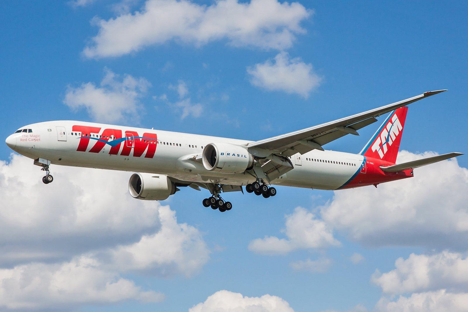LATAM Airlines Brasil Boeing 777-32W(ER) PT-MUC