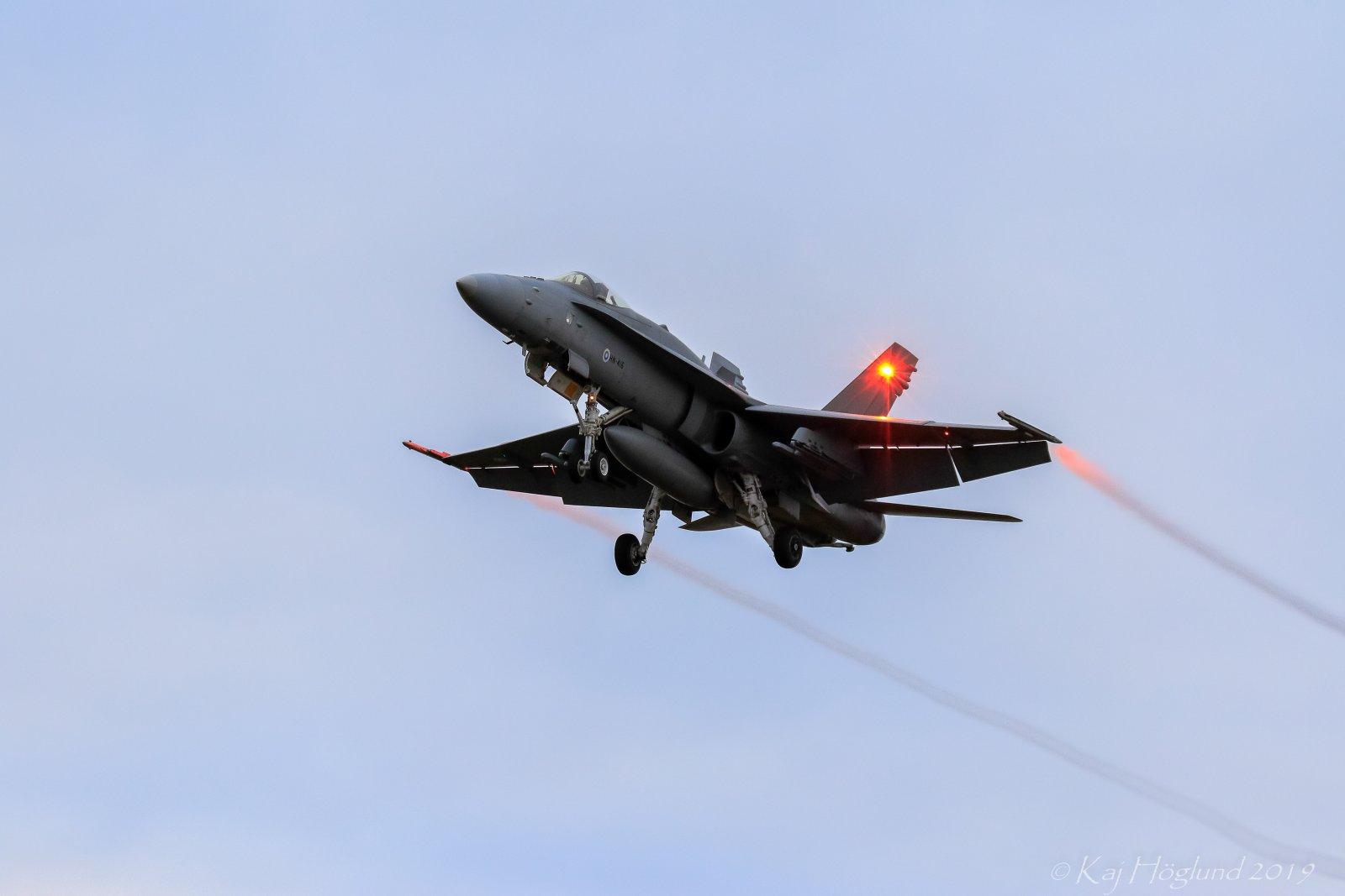 Hornet laskeutumassa (Ruska 19)