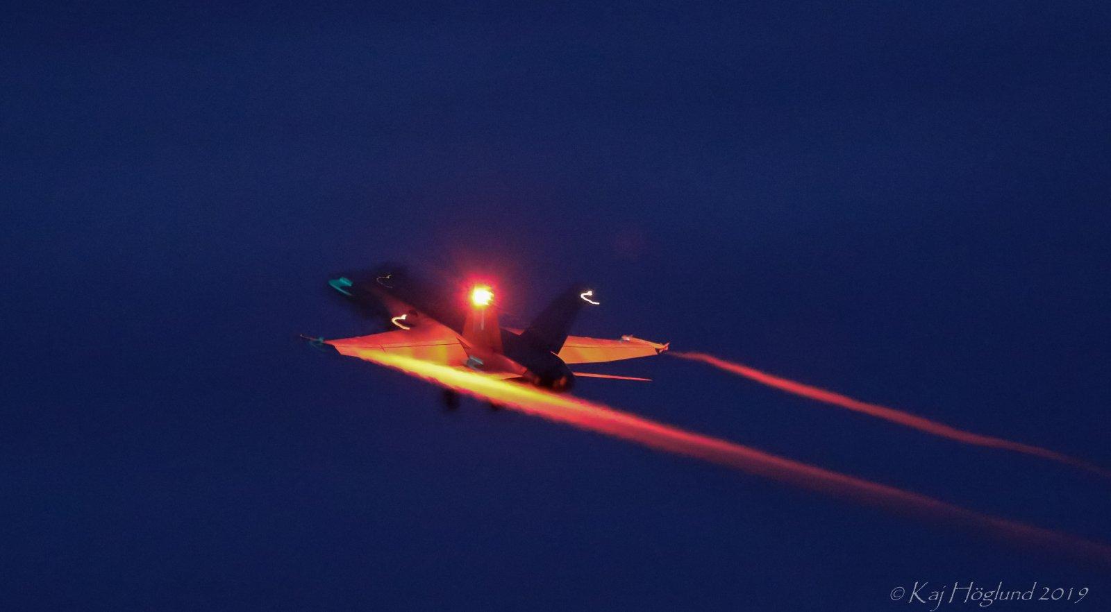 Hornet katosi yön pimeyteen palatakseen pian takaisin