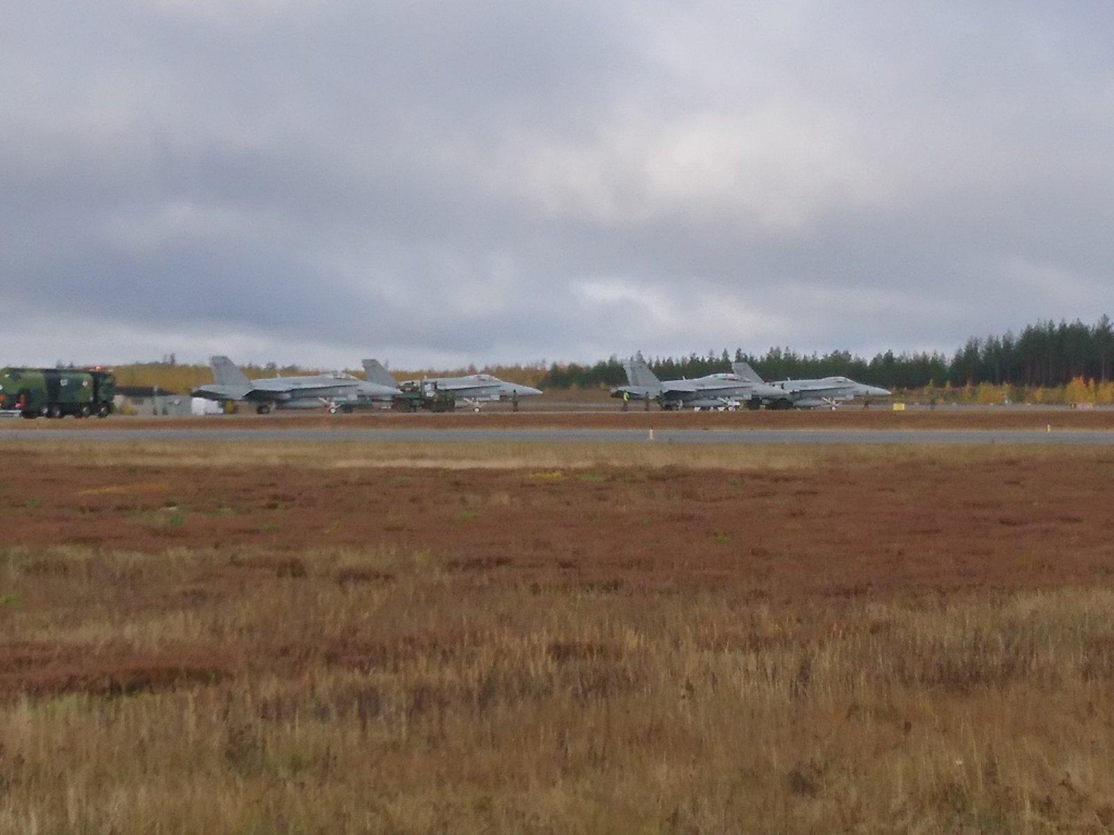 Ruska19 harjoituksen F/A 18 Hornet -osasto tankkaamassa Joensuussa 9.11.2019