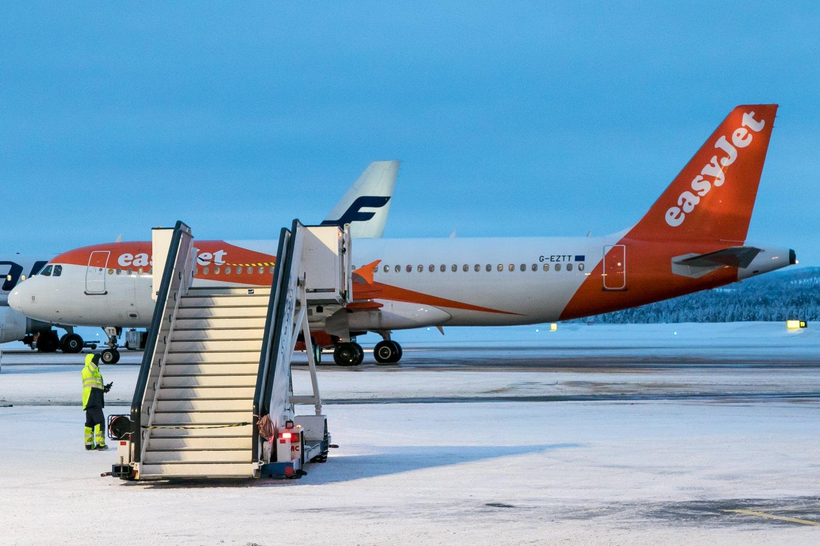 G-EZTT. Tapaninpäivän liikennettä Ivalossa.