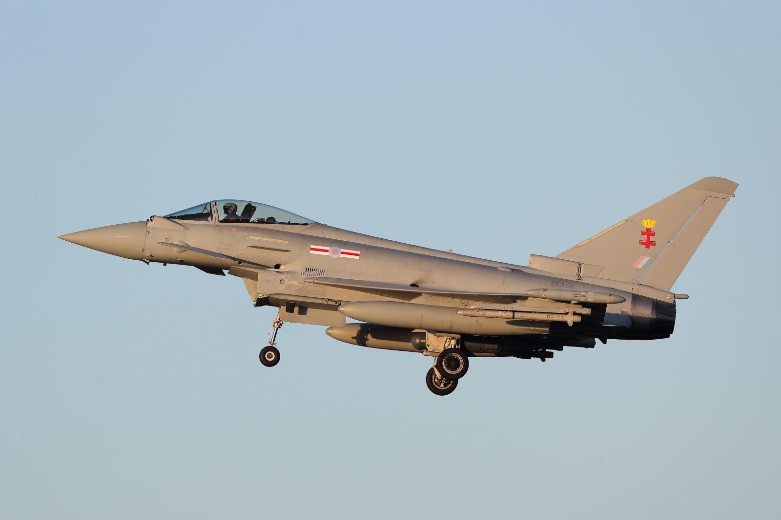 ZK356 Eurofighter Typhoon FGR.4 laskussa Pirkkalaan 9.1.2020