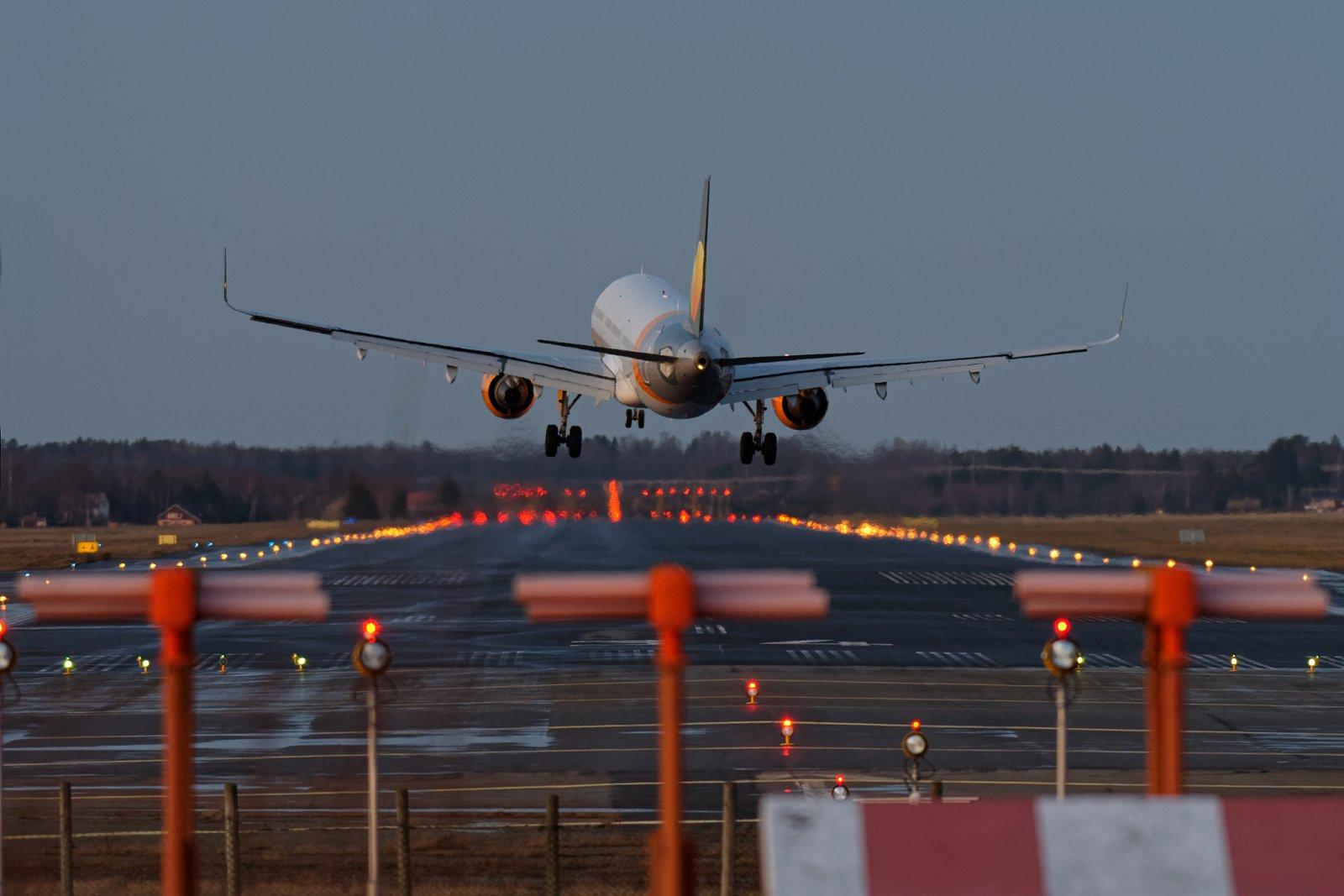 OY-TCD laskeutuu Vaasan lentokentälle iltapäivän valossa