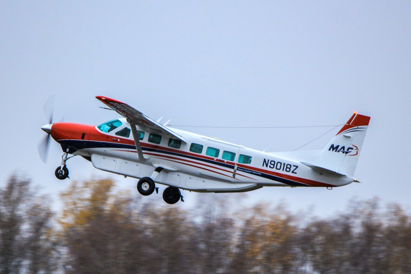 N9018Z tekemässä ylilentoa Malmilla