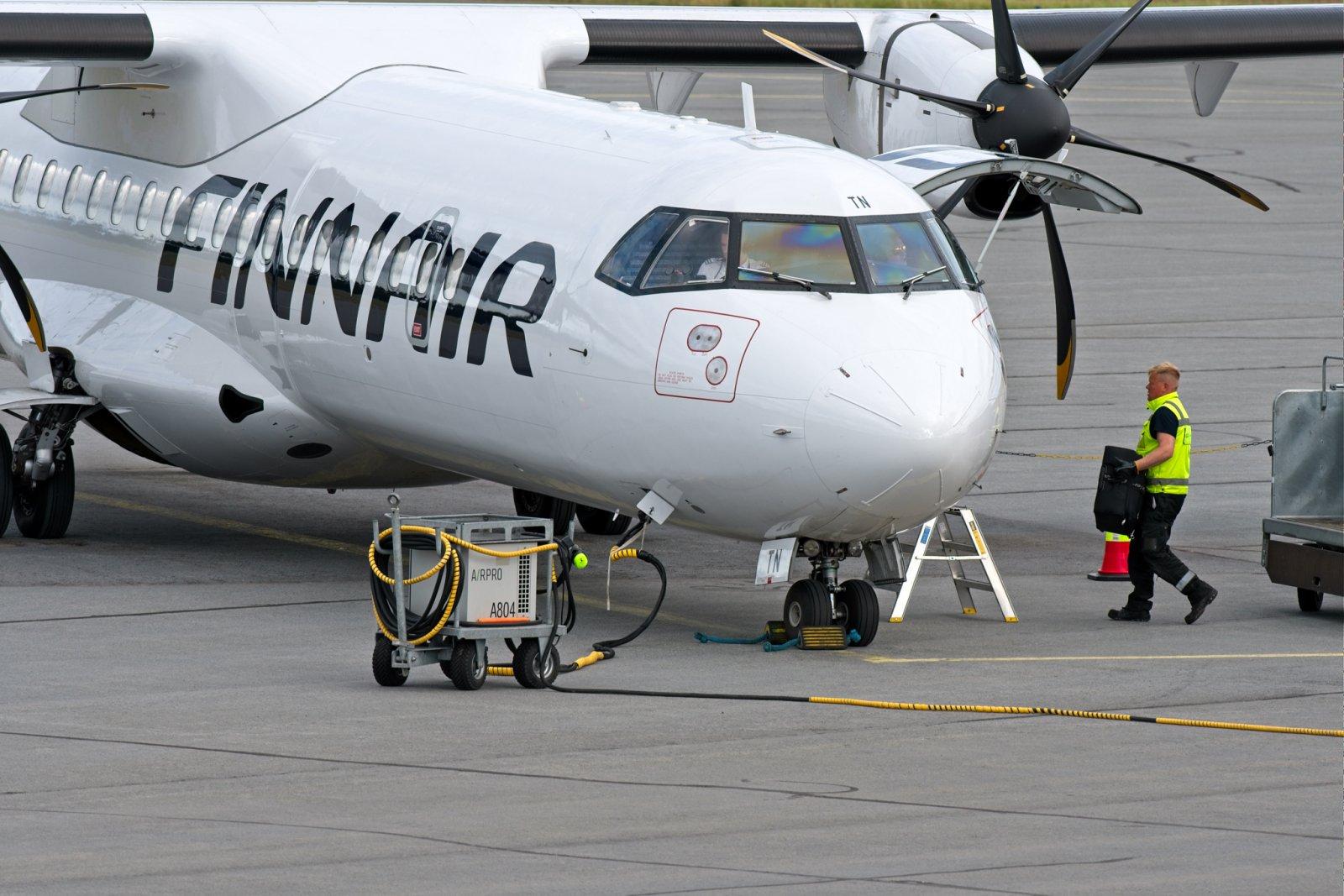 Ensimmäinen koronatauon jälkeinen reittilento Helsingistä Vaasaan: rahdin määrä oli varsin maltillinen