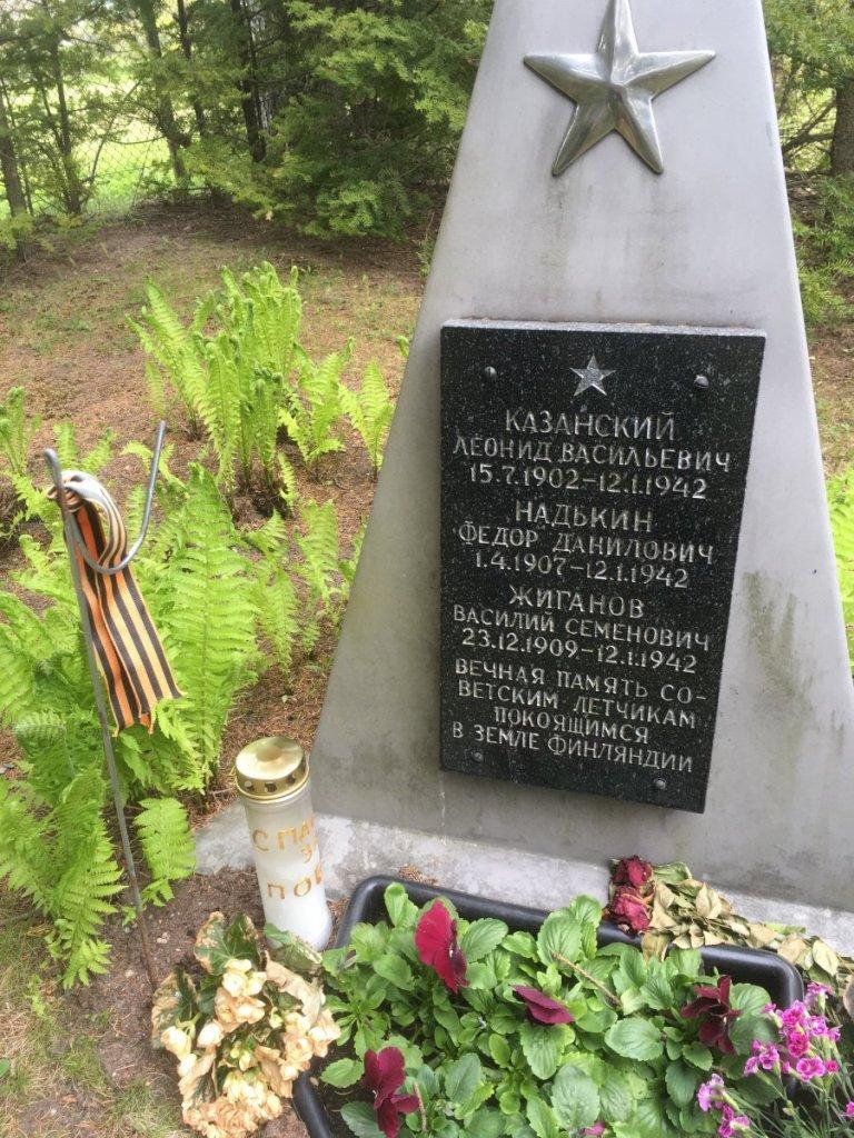 42-01-12 Venäläisten lentäjien hautamuistomerkki Raumalla.jpg