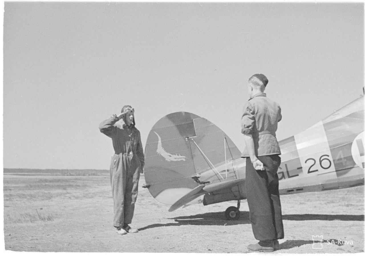 97314 Доклад после полета принимает лтн Стрёмберг. Гирвас 27.06.1942.jpg