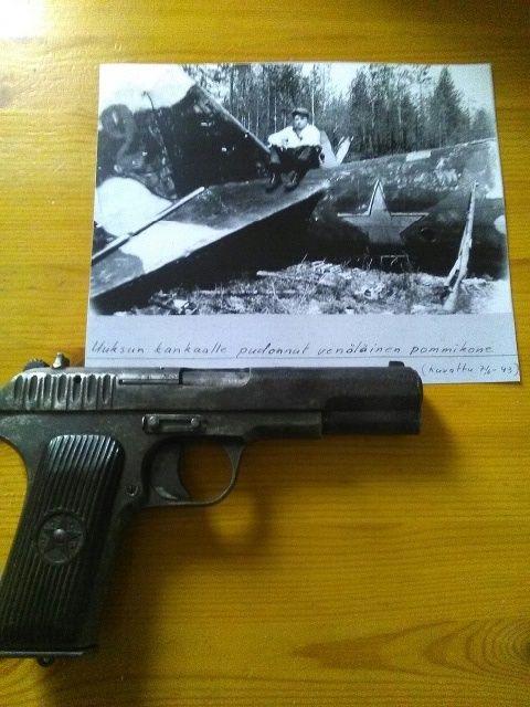Uuksun kankaalle pudonnut venäläinen pommikone. Kuvattu 7.6.1943. .jpeg
